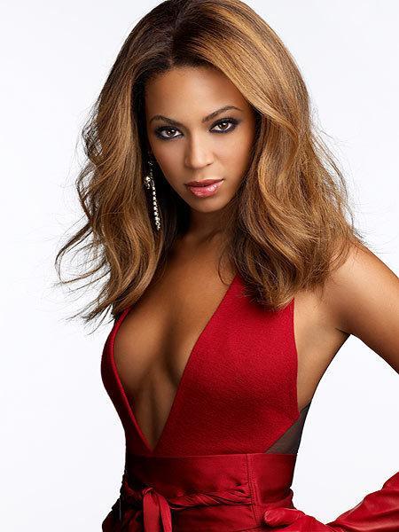 Beyonce da tıpkı Alba gibi 1981 doğumlu. Ama hem yüz hatları hem de tercih ettiği giyim ve makyaj tarzı nedeniyle yaşıtlarından daha büyük görünüyor.