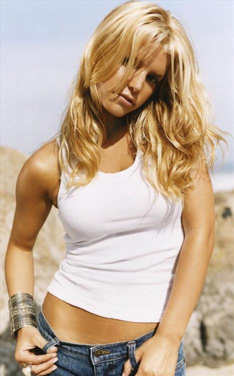 Jessica Simpson 1980 doğumlu. Aslında pek çok yaşıtıyla kıyaslandığında 28'inden daha büyük görünüyor. Ama yaşıtı olan Christina Aguilera ile yanyana geldiğinde ondan daha genç görünüyor.