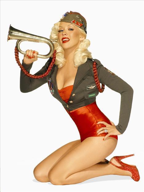 Christina Aguilera'nın saç rengi ve makyaj tarzı onu 30'unu çoktan aşmış gibi gösteriyor.