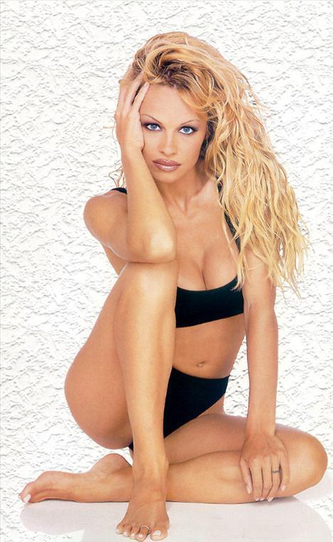 Pamela Anderson 1967 doğumlu. Gençliğindeki bebeksi yüz hatlarını yitireli de çok zaman oldu. Üstelik onca estetik müdahaleye rağmen.