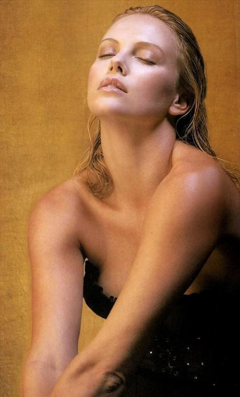 Charlize Theron, 1975 doğumlu. O da narin yüz hatları sayesinde daha genç görünüyor.