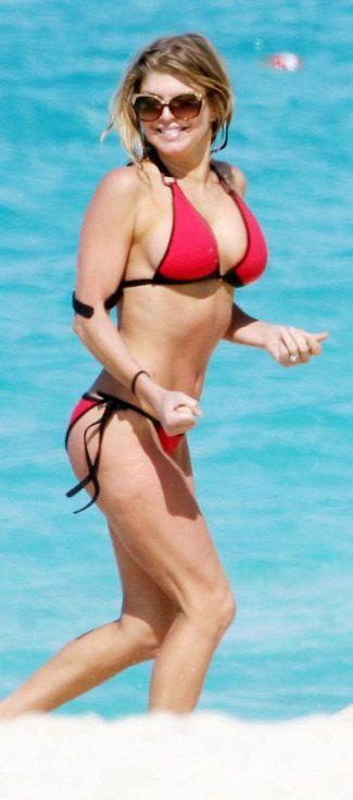 Fergie de 1975 doğumlu. Üstelik estetik gelişmelerden de çok fazla yararlanıyor. Ama hem Theron'dan hem de Jolie'den daha yaşlı görünüyor.