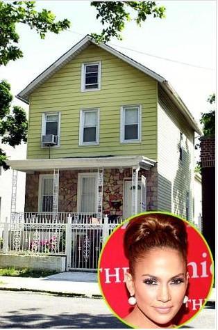 """Jennifer Lopez 1999'a kadar Bronx'taki bu evde yaşadı. 20'li yaşlarında bu bölgede çalışan bir polisle çıktığını söyleyen Lopez """"Ona büyüdüğüm yeri söylediğimde 'Orası çok sık suç işlenen bir yer"""" demişti. Bunu o zamana dek bilmiyorum"""" diye anlatıyor o dönemi. Lopez, anne ve babasının kendisiyle birlikte iki kızkardeşini daha son derece iyi bir şekilde büyüttüğünü söyledi."""