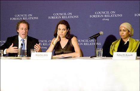 Angelina Jolie, yaptığı bir çok yardımın yanında Irak'lı çocukların eğitimine destek kampanyası için Bağdat'a gitti.