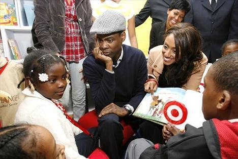 Chris Rock, Brooklyn'deki çocukların eğitimi ve yasadışı yollara bulaşmaması için kurulan salvation army organizasyonunu destekliyor.