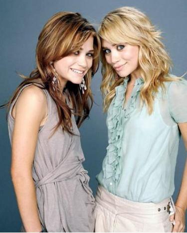 MARY KATE-ASHLEY OLSEN:  Ünlü Amerikalı ikizler Hollywood'un en tanıdık kardeşleri arasında. Türkiye'de de yayımlanan 'Full House' (Bizim Ev) dizisinde ilk kez tanıştığımız dünün minik ikizleri, bugün 24 yaşında ve 'Real Fashion For Real Girls' (Gerçek Kızlar İçin Gerçek Moda) adlı bir moda şirketinin sahibi.