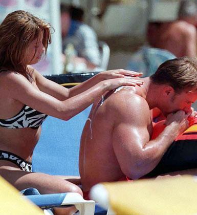 Jordan ve eşinin güneş yağı romantizmi.