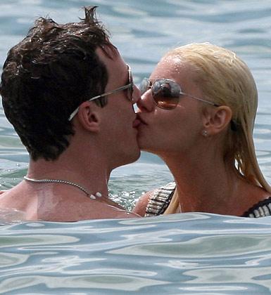 Genç yıldız Elisha Cuthbert ve sevgilisi Dion Phaneuf'un deniz romantizmi.