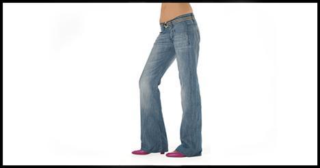 Bol paça Birkaç sezondur popülaritesini geri kazanan bu 'jean' türü sana her kadının istediği en önemli iki şeyi verir: Uzun bacaklar ve dar bir kalça. Bileklerdeki küçük genişleme kalçaların genişliğini dengeler ve ilgiyi bacağın altına çeker. Böylece bacak daha uzun görünür. Bu tarz 'jean' her vücut ve ayakkabıya uygundur.
