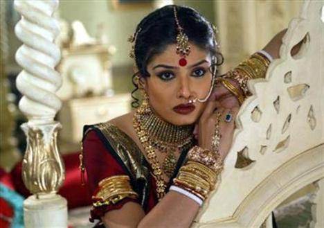 """Bollywood abartılı dans gösterileri, şarkıları, kavuşamayan âşıkları, """"Tanrı"""" olarak kabul edilen yıldızları ve dünya genelinde ulaştığı yaklaşık 3,6 milyar izleyicisiyle, Hollywood'a meydan okuyabilen tek ulusal sinema endüstrisi..."""