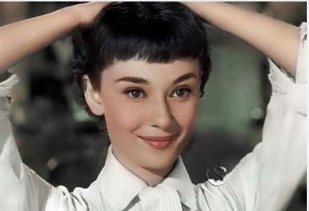 Güzellik gerçekten de göreceli bir kavram. Kimine göre dünyanın en güzeli olan kimine göre hiçbir anlam ifade etmeyebiliyor. İşte böyle ilginç bir sıralama da Avustralya'da yayın yapan bir internet sitesinden geldi. smh.com adlı site dünyanın gelmiş geçmiş en güzel 10 kadınını seçti. İlk sırada artık hayatta olmayan ama hala zarafet ve güzellik sembolü olarak kabul edilen Audrey Hepburn var. Site sanki kendi ülkesinden çıkan güzellere de biraz iltimas geçmiş gibi. Elbette kimse onların güzelliğine itiraz edemez.. İşte smh.com'a göre dünyanın gelmiş geçmiş en güzel 10 kadını.