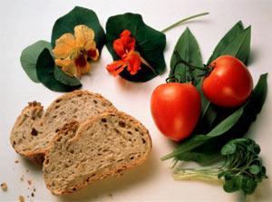 DOMATES Çiğ: C ve E vitaminlerinin yanı sıra mineraller açısından da çok zengin bir besindir. Kabuğu ve çekirdekleri yüzünden hassas bünyeli kişilerin bağırsak sorunları yaşamasına yol açabilir.   Pişmiş: Domatesteki liflerin hazmı, yumuşadığı zaman çok daha kolay olur. İçerdiği likopen maddesinin antioksidan etkisi bu şekilde tüketildiğinde artar. Ancak piştikten sonra C vitamini ve içeriğindeki minerallerden birazını kaybedebileceğini unutmayın.