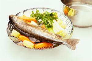 BALIK Çiğ: Etin aksine somon, levrek ya da çipura gibi pek çok balık türü çiğ tüketilebilir. Lezzetsiz olacağından balık türleri için bolca sos kullanmak iyi olabilir.   Pişmiş:  Besin zehirlenmesi riski yoktur. Bazı pişirme yöntemleri protein alımını artırır. Ancak bu, balıktan alacağınız kalori miktarını değiştirmez.