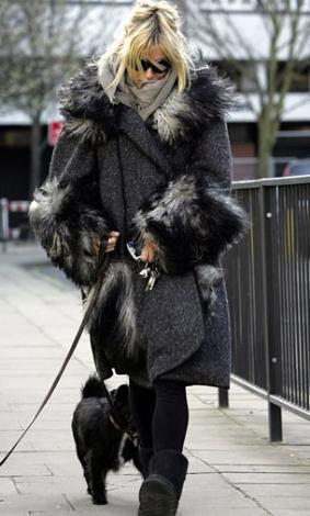 Gösteri dünyasının ünlülerini yaz aylarında üzerlerinde asgari giysi varken görüntüleniyorlar. Kışın ise bunun tam tersi oluyor. İşte ünlülerin yazlık ve kışlık halleri arasındaki fark.   Sienna Miller.