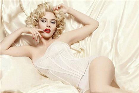 Scarlett Johansson, İnci Küpeli Kız filmiyle parladığından bu yana hep beyazperdenin efsane yıldızı Marilyn Monroe'ya benzetildi. Hatta onun tahtına oturmaya aday tek ismin Johansson olduğu söylendi. Güzel yıldızın görev aldığı Dolce and Gabbana kozmetik reklamı da bu yargıyı bir kez daha destekler nitelikteydi. Monroe benzeri saç şekli ve maklajıyla firmanın ürünleri için objektif karşısına geçen Johansson, efsane yıldıza şaşılacak kadar benziyordu. İşte Marilyn Monroe ve ölümünden yıllar sonra bile onun pozlarını taklit etmekten çekinmeyen diğer ünlüler.