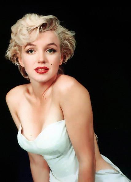 """Sinemanın """"sarışın bombası"""" Marilyn Monroe, 1962 yılının 5 Ağustos sabahı, yani bundan tam 46 yıl önce evinde ölü bulunmuştu. Henüz 36 yaşındaydı, şöhretinin doruğundaydı. Hayata veda etmesinin üzerinden neredeyse yarım asıra yakın bir süre geçti. Ama hala yerini kimse dolduramadı. Monroe, bunca yıl sonra yetişen yıldızların bile taklit ettiği bir efsane. İşte gösteri dünyasının en çok taklit edilen yıldızı Monroe ve onun izinden giden çağımızın yıldızlarının ünlü pozları."""