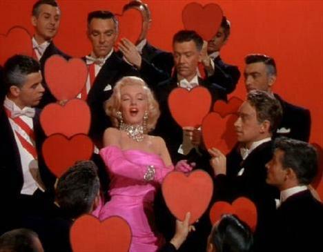 Erkekler Sarışınları Sever filminin ünlü sahnesinde Marilyn Monroe.