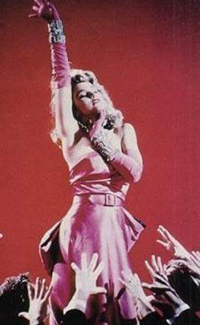 Madonna,Erkekler Sarışınları Sever filminde Monroe'nun giydiği elbiseyi de dansını da tekrarladı.
