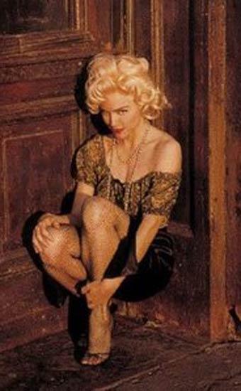 Aynı giysiler ve aynı poz ile Madonna.