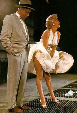 Monroe'nun Yaz Bekarı filmindeki bu sahnesini tekrarlayanlardan biri de yerli bir yıldız.