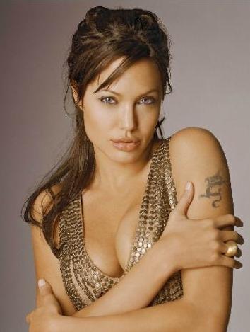 Angelina Jolie:   33 yaşıhda.