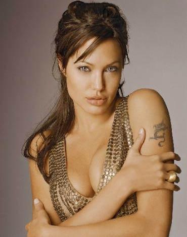 Angelina Jolie  33 yaşıhda.