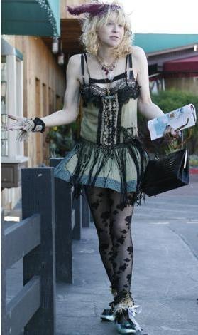 """Müzik dünyasının çılgın yıldızı Courtney Love, bu unvanı hak ettiğini bir kez daha gözler önüne serdi. Malibu'da, görenlerin """"bütün zamanların en tuhaf kılığı"""" diyerek yorumladığı bir giysiyle dolaşırken görüntülenen Love halinden oldukça memnun görünüyordu."""