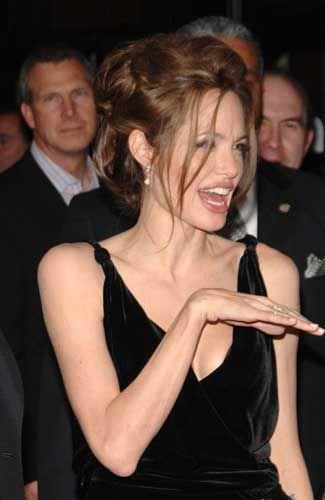 Angelina JolieDoğum sırasında kullandıkları aletleri görünce deli gibi gülmeye başladım. Gözümden yaşlar geliyordu, aklımı kaçırmış gibiydim!