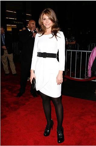 Beyaz elbiseniz için kış günlerinde siyah çorap tercih ederseniz siyah kemer kullanmayı unutmayın!
