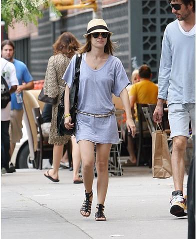 Yaz için rahat bir elbise... Gladyatör sandaletler yerine bu yıl parmak arası tercih edebilirsiniz.