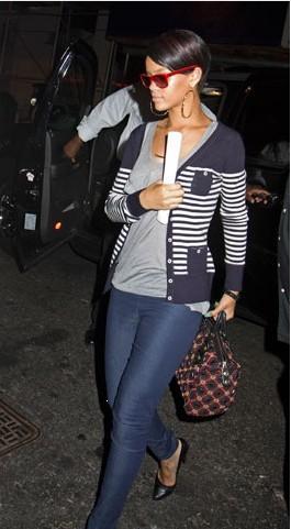 Rihanna düzgün fiziğiyle renkleri bütünleştirmede genç yaşına rağmen olgun bir tecrübe sergiliyor.