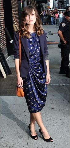 Keira Knightley, sade ve hoş olmasının verdiği havayla bile bu kıyafeti kurtaramamış. Bu elbise onu 35 yaş yaşlı gösteriyor.