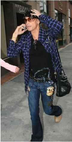 Steven Tyler, ağrı kesici ve uyku ilaçlarına bağımlılığı yüzünden tedavi gördü. Kafein bağımlısı ünlüler