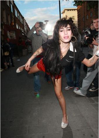 Amy Winehouse'un uyuşturucu ve alkol alışkanlığı var. Tedavi gördü. Ama ne kadar işe yaradığını zaman gösterecek.