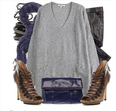Deri dar paça pantolonuzun üstüne salaş gri renginde giyilmiş olan V yakalı kazak, gayet şık görünmenize olanak sağlayabilir.