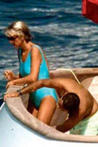 Ölüm sebepleri bile paparazziler olan Diana - Fayed çiftinin bir tatilde çekilmiş olan bu fotoğrafları tam 6 milyon dolara alıcı bularak, tarihin en pahalı fotoğrafları oldu...