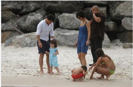 Katie Holmes tatil fotoğraflarıyla herkesi şaşkına çevirdi...