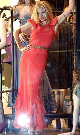 Kate Moss hem bir top model hem de kendi tasarımı olan Top Shop adlı bir markası var.