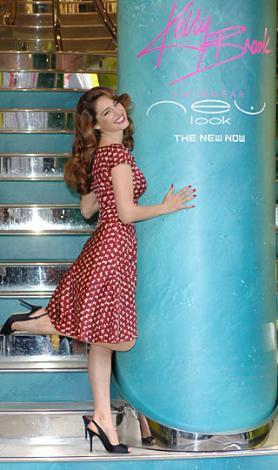 Kelly Brook sadece bir model ve oyuncu değil, aynı zamanda iç çamaşırı koleksiyonu da tasarlıyor.