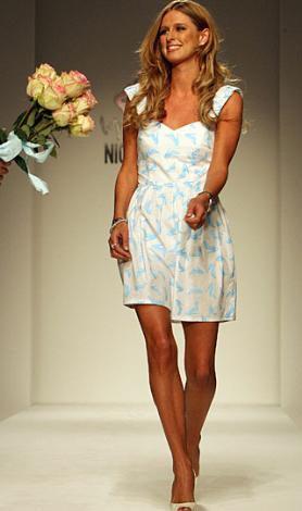 Nicky Hilton'un da tasarımları var.