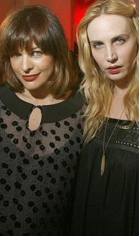 Ünlü manken Milla Jovovich ve Carmen Hawk'un tasarımları.