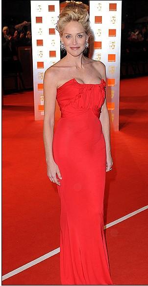 Sharon Stone kırmızı elbisesiyle tecrübesini konuştursa da kırmızı halıdaki eski havasını koruıyamadığı gözleniyor.