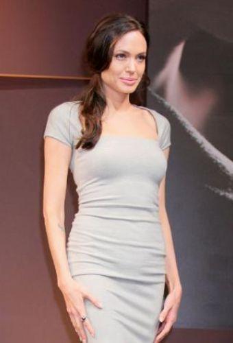 Angelina Jolie sanki hiç ikiz bebek dünyaya getirmemiş gibi.