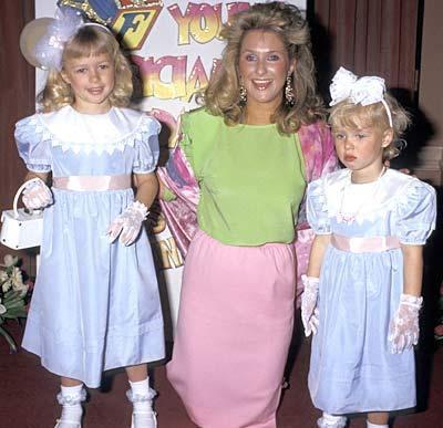 17 Şubat 1981 doğumlu Paris Hilton, 1987'de kardeşi ve annesiyle 'Ünlü Anne-Kızlar Moda Gösterisi'nde objektiflerle tanıştı