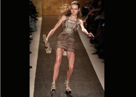 New York Moda Haftası tüm hızıyla sürerken, Herve Leger'in defilesinde iki modelin birden podyumda yere yuvarlanması şaşkınlık yarattı.Herve Leger markasının görkemli defilesine nazar değdi. Defile, çok konuşuluyor ama moda başarısıyla değil! İki modelin defile sıasında podyumda yüksek topukların üzerinde dengesini kaybederek yere yuvarlanması moda dünyasının gündemine oturdu. Şaşırtıcı olan bir diğer ayrıntı;  fotoğrafçıların bu anı kare kare yakalamasıydı; güçsüzleşen dizler, titreyen bilekler ve sonra adeta yere yapışan beden... Ancak beklenenin aksine bu şekilde düşen modelin yüzündeki gayet soğukkanlı ifade... Yere düşen model, fotoğraflara yansıdığı gibi işte böyle kendini hemen toparladı hatta doğrulurken gülümsemeyi de ihmal etmedi. akat olaylar bununla son bulmadı! Defilenin finaline doğru bir başka model, kendini yerde buldu. Onun ayağında da benzer 'stiletto'lar vardı!