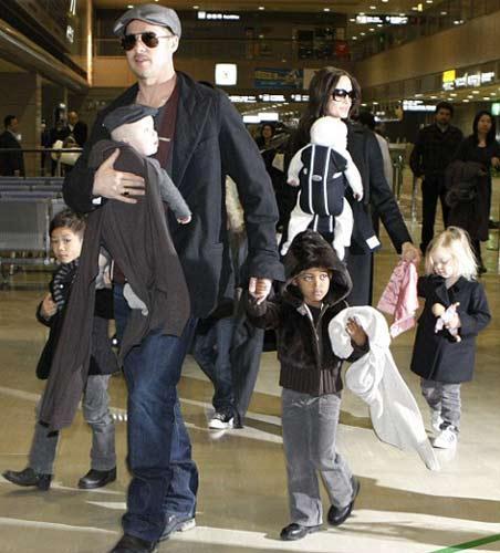 Leon Pitt'in Vivien de Jolie'nin kucağında seyahat ederken ikizlerin ablalası Shiloh ile Zahara ve ağabeyleri Pax Thien ve Maddox da yanlarındaydı