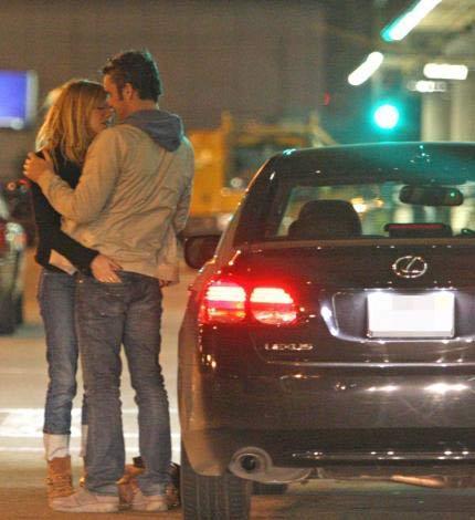 Ünlü oyuncu Sienna Miller, ayrıldığını söylediği evli ve 4 çocuk babası sevgilisi Balthazar Getty ile tekrar görüntülendi.