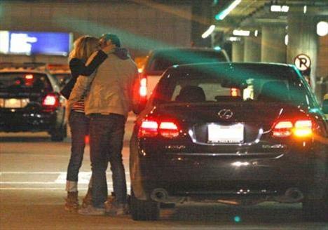 Los Angeles Havaalanı'nda evli sevgilisiyle sarmaş dolaş görüntülenen oyuncu geçtiğimiz yaz paparazzilerle bu ilişki nedeniyle gergin anlar yaşamıştı.