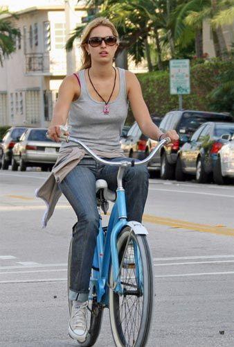 Hollywood yıldızlarının son zamanlarda bisiklete olan düşkünlüğü arttı. Ancak objektiflere yakalan bu görüntülerde başarılı oldukları söylenemez. Yıldızların bisiklet üstündeki komik görünümleri yada yanlış kıyafet tercihleri gözlerden kaçmıyor.