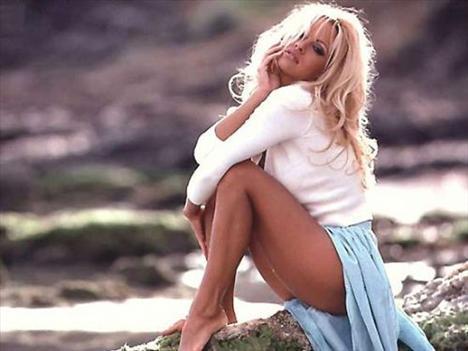Pamela Anderson aynalardan korkuyor. Aynalar ona fazla gizemli geliyormuş.